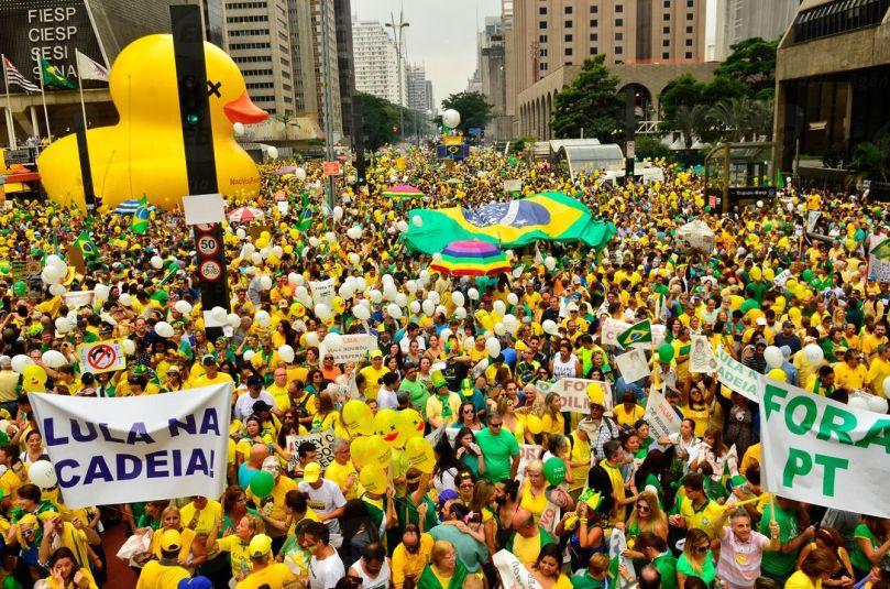 Manifestação_em_São_Paulo_contra_corrupção_e_o_governo_Dilma_em_13_de_março_de_2016_(3).jpg