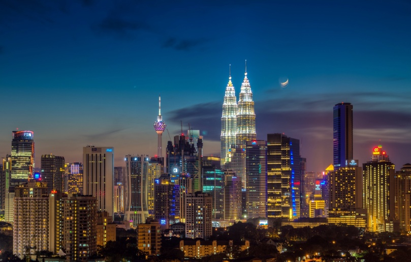 Moonrise_over_kuala_lumpur.jpg